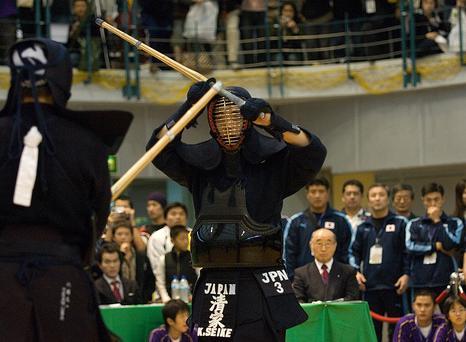Seike, em postura hidari-jodan pressiona Kawabata.