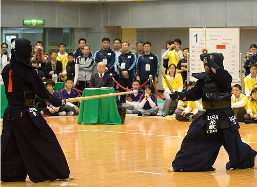 Itokazu é um agressivo praticante do Nito-ryu, contra X