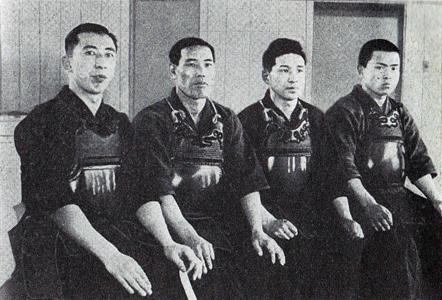 Hisashi  (esq) e competidores do Tenran-jiai em 1934.