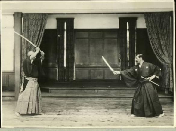 Sasaburo Takano (esq) e Hakudo Nakayama demonstrando Dai Niponn Teikoku Kendo Kata.